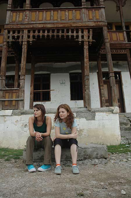 Fetele in fata casei vechi