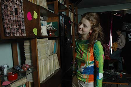 Ioana admira biblioteca lui Kiki