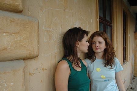 Maria si Ioana in fata zidului Love